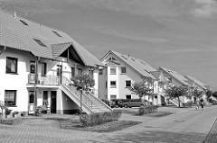 Moderne Wohnhäuser, neue Architektur - eingeschossige Doppelhäuser mit breiter Aussentreppe zum oberen Stockwerk - Architekturbilder in Schwarz-Weiss aus Hagenow, Landkreis Ludwigslust Parchim.