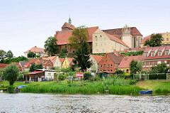 Blick von der Havel zum Domberg mit dem romanischen Havelberger Dom. Häuser am Ufer der Havel / Weinbergstrasse.