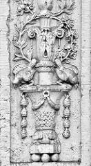 Dekorelement am Eingang vom Rathaus in Rathenow, errichtet 1912 als Verwaltungsgebäude einer Firma - sizilianischer Sandstein; rekonstruiert 1997.