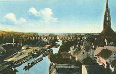 Historische Fotografie vom Hafen an der Havel in Rathenow - Binnenschiffe am Kai und als Schleppverband auf dem Fluss - re. die Altstadt von Rathenow und die St. Marien Andreas Kirche.