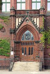 Eingang vom Kreishaus in Rathenow, 1895 im neugotischen Stil erbaut aus Rathenower Ziegeln; Architekt Franz Schwechten.