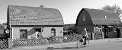 Wohnhäuser / Einzelhäuser mit rundem Dach, Ziegeldach; Architketur - Baustil der 1930er Jahre; Architektfototgrafien aus Fürstenberg, Havel.