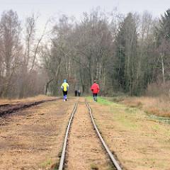Gleise der Lorenbahn/ Jogger, Spaziergänger im  Himmelmoor / Quickborn - es findet noch Torfabbau statt; mit 605 Hektar das Größte Hochmoor in Schleswig-Holstein.