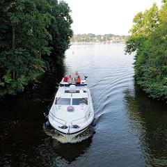 Ein grosses Motorboot auf der Havel im Verbindungskanal zwischen Baalensee und Schwedtsee in Fürstenberg / Havel.