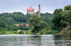 Blick von der Havel auf den Bismarckturm von Rathenow.