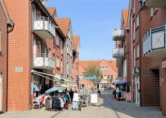 Fussgängerzone mit Geschäften - Auslagen / Kleiderständer auf der Strasse / Sonnenschirme - Hirtenstrasse in Hagenow.