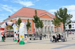 Kulturhaus am Märkischen Platz in Rathenow; Kinderspielplatz / Sitzbänke.