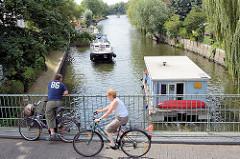 Blick von der Brücke über den Stadtkanal / Schleusenkanal in Rathenow auf die fahrenden Motoboote / Hausboote.