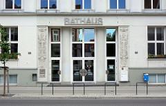 Eingang des Rathauses von Rathenow, errichtet 1912 als Verwaltungsgebäude einer Firma - sizilianischer Sandstein; rekonstruiert 1997.