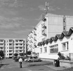 Mehrstöckige Wohnhäuser mit Balkons - Möllner Strasse in Hagenow / Schwarz-Weiss Darstellung.