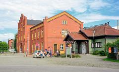 Bahnhof von Rathenow, eröffnet 1870 . re. der sogen. Kaiserbahnhof, der 1913  als gesondertes Empfangsgebäude für die Tochter Kaiser Wilhelms II., Victoria Luise,  und ihrem Mann Ernst August Herzog von Braunschweig und Lüneburg gebaut wurde.