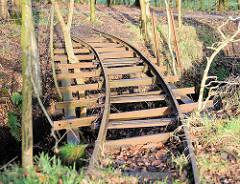 Stillgelegte Gleise / Brücke der Torfbahn im Himmelmoor in Quickborn; Brücke über einen Graben.