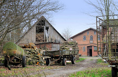 Bauernhof in Quickborn, Ortsteil Renzel - landwirtschaftliche Anhänger, Feuerholz, Holzscheune mit Heu.