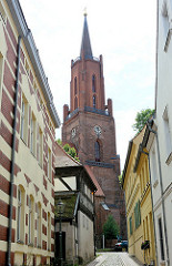 Kirchturm der Sankt Marien Adreas Kirche auf dem Kirchberg in Rathenow. Ursprünglich im 13. Jahrhundert errichtet, im 15. + 16 Jhd. zu einer dreischiffigen spätgotischen Hallenkirche umgebaut - im Krieg zerstört und endgültige Restaurierung 2002.