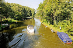 Ein Motorboot fährt auf der Havel Höhe Steinförde / Fürstenberg; Bäume, Wälder am Ufer des Flusses in Brandenburg.