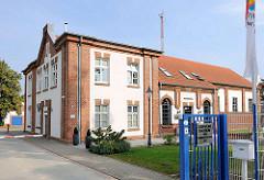Historische Industriearchitektur - Gebäude vom alten Wasserwerk in Hagenow - Stadtwerke Hagenow in der Bahnhofstrasse.