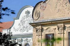 Detail Schloss Fürstenberg, Havel / neu + alt ; dreiflügeliger Barockbau mit Rokokodekor - erbaut zwischen 1741 und 1752. Witwensitz der mecklenburgischen Herzogin Dorothea Sophie. Das Gebäude wurde 2006 an einen privaten Investor verkauft, ist teilw