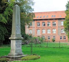 Gefallenendenkmal / Erinnerungsstele, Inschrift: In dankbarer Erinnerung an den siegreichen Feldzug der Jahre 1870-71; Parkstrasse / Schützenstrasse in Hagenow.