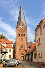 Blick durch die Kirchenstrasse zur 1879 errichteten neogotischen Stadtkirche von Hagenow.