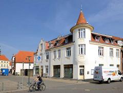 Wohnhaus, Geschäftshaus mit weisser Fassade und Erkerturm; Hirtenstrasse / Lindenplatz in Hagenow.