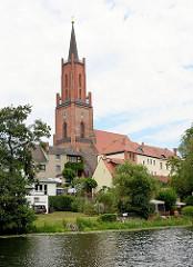 Blick über die Rathenower Havel auf die Sankt Marien Adreas Kirche auf dem Kirchberg in Rathenow. Ursprünglich im 13. Jahrhundert errichtet, im 15. + 16 Jhd. zu einer dreischiffigen spätgotischen Hallenkirche umgebaut - im Krieg zerstört und endgülti