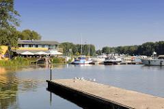 Bootssteg und Blick auf die Marina, Sportboothafen am Schwedtsee von Fürstenberg / Havel.
