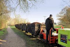 Lorenbahn im Himmelmoor; mit Torf gefüllte Loren der Torfbahn im Himmelmoor / Quickborn.