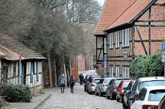 Fachwerkhäuser - Kopfsteinpflaster, parkende Autos Hinter der Bardowiker Mauer.
