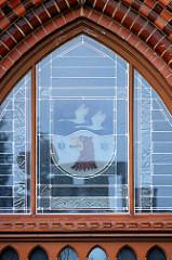 Wappen vom Landkreis Havelland  im Glasfenster über dem Eingang des Rathenower Kreishauses.