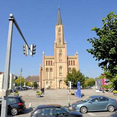 Stadtkirche von Fürstenberg (Havel); erbaut 1845 - Architekt  Friedrich Wilhelm Buttel. Fahrende Autos in der Brandenburger Strasse / Am Markt.