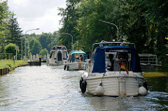 Die Schleusentore der Steinhavelschleuse in Fürstenberg sind geöffnet - Sportboote fahren in die Schleusenkammer ein.