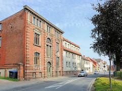 Wohnhäuser und Industriearchitektur, historisches Verwaltugsgebäude / Fabrik an der Hamburger Strasse in Hagenow, Landkreis Ludwigslust-Parchim.