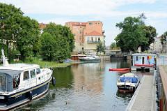 Stadthafen von Rathenow an der Havel - Liegeplätze für Gastlieger mit Stromanschluss - im Hintergrund die Stadtschleuse.