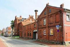Historisches Fabrikgebäude / Industriearchitektur - Ziegelgebäude, Schornstein mit Storchennest. In der Bildmitte die ehem. Töchterschule, erbaut 1883 / Augustenstrasse in Hagenow.