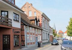 Unterschiedliche Bauformen / Stilrichtungen - Wohnhäuser an der Bahnhofstrasse in Hagenow - im Hintergrund der Kirchturm der Stadtkirche.