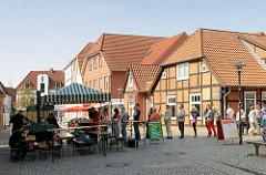 Fussgängerzone, Fachwerkgebäude in der Grubenstrasse von Hagenow; Suppenverkauf in der Mittagspause.