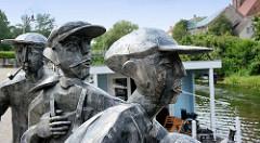 Schleusenspucker am Hafen von Rathenow - Figurengruppe von Tagelöhnern / Hafenarbeitern; Bildhauer Volker-Michael Roth / 2006.