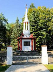 Sowjetisches Ehrenmal / Gedenkstätte in Fürstenberg, Havel. Inschrift: 1941 - 1945 EWIGER RUHM DEN HELDEN, DIE IM GROSSEN VATERLÄNDISCHEN KRIEGE FÜR DIE FREIHEIT UND UNABHÄNGIGKEIT GEFALLEN SIND.