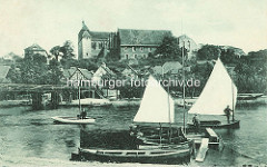Segelboote und Ruderboote am Steg in Havelberg; Ufer der Havel - Blick auf den Dom St. Marien / historische Fotografie.