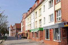 Neubauten mit farblich abgesetzten Fassaden - Wohnhäuser mit Geschäften, Einzelhandel / Hirtenstrasse in Hagenow.