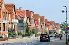 Wohnhäuser in unterschiedlicher Architekturform / Baustil in der Feldstrasse von Hagenow; Strassenverkehr.