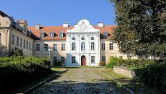 Schloss Fürstenberg, Havel; dreiflügeliger Barockbau mit Rokokodekor - erbaut zwischen 1741 und 1752. Witwensitz der mecklenburgischen Herzogin Dorothea Sophie. Das Gebäude wurde 2006 an einen privaten Investor verkauft, ist teilweise restauriert und