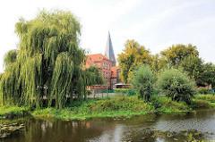 Blick über den Mühlenteich in Hagenow zur Stadtschule und Kirchturm der Stadtkirche.