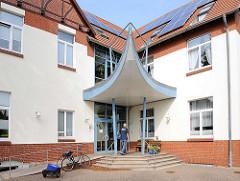 Eingang mit futuristischem Dach -   Gebäude, Verwaltungsgebäude Amt Hagenow Land.
