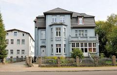 Gründerzeitvilla mit hellblauer Hausfassade, Dekorelementen; Parkstrasse in Hagenow.