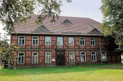 Ehem. Amtshaus in Hagenow, Hamburger Strasse; zweigeschossiges Fachwerkhaus unter Denkmalschutz stehend.
