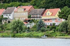 Wohnhäuser an der Weinbergstrasse der Hansestadt Havelberg; Ruderboot auf der Havel.