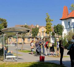Bahnhofsgebäude der Stadt Fürstenberg (Havel)  - Bushaltestelle am Bahnhof.