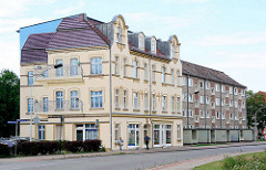 Neubau der 1960er Jahre - historisches Gründerzeitgebäude mit Trompe-l'œil Malerei an der Hausfassade