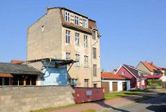 Mehrstöckiger Wohnblock und Einzelhäuser mit Garagen - Architekturfotos aus Fürstenberg (Havel).